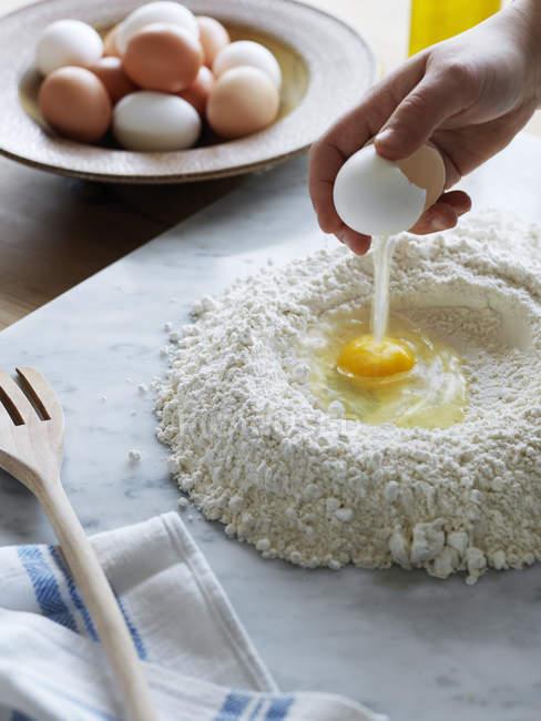 Жінка робить макарони тісто, диференціальні фокус — стокове фото