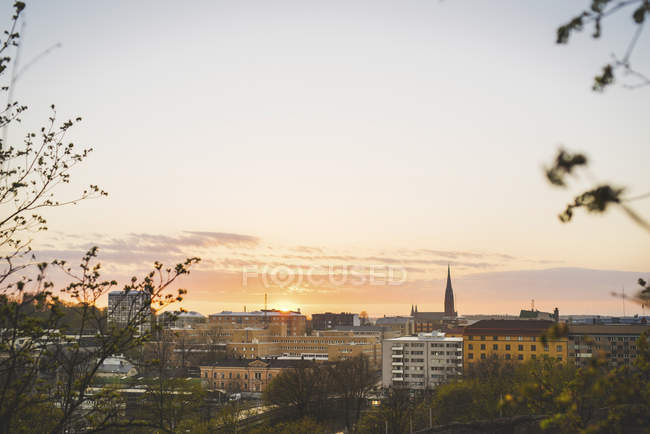 Экстерьер здания на закате, фокус на фоне — стоковое фото