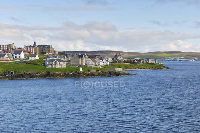 Vista panorâmica da cidade ao longo da costa — Fotografia de Stock