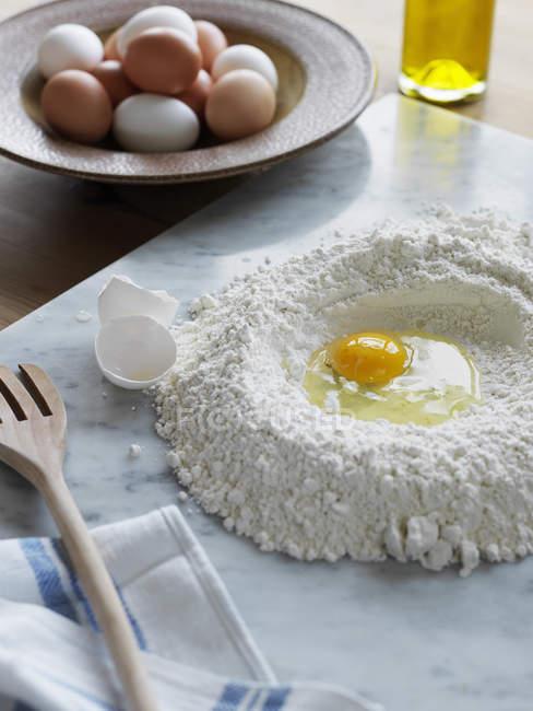 Harina y huevo para pasta, enfoque diferencial - foto de stock