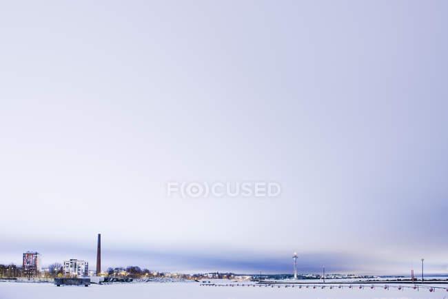 Escena de invierno con torres iluminadas, norte de Europa - foto de stock