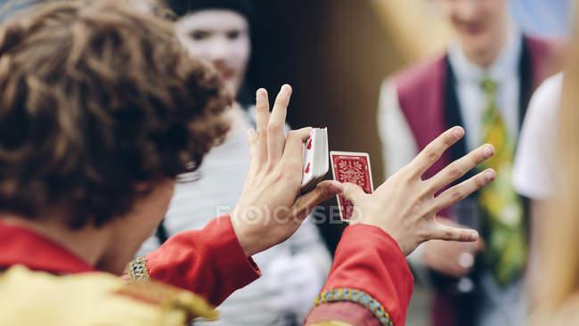 Junger Zirkus Darsteller zeigen Kartentrick — Stockfoto