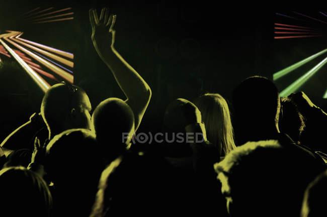 Silhouette di persone in night club, focus selettivo — Foto stock