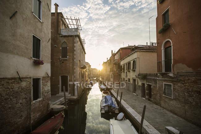 Gôndolas no canal em Veneza ao pôr do sol, Itália — Fotografia de Stock