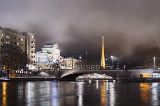 Scena della città di notte con ponte in muratura — Foto stock