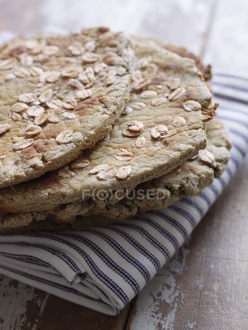 Crispbread на рушник блюдо, зосередитися на передньому плані — стокове фото