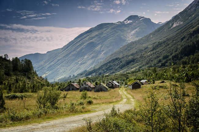Vista panorâmica da aldeia no sopé das montanhas na Noruega — Fotografia de Stock