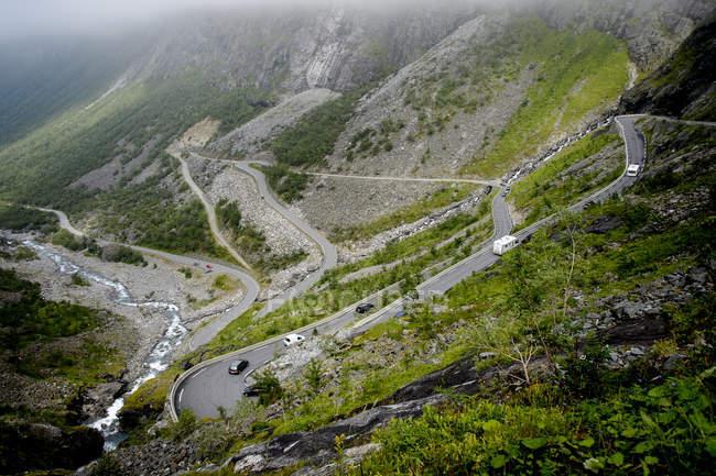 Vista elevata di strada in montagne, Europa del Nord — Foto stock