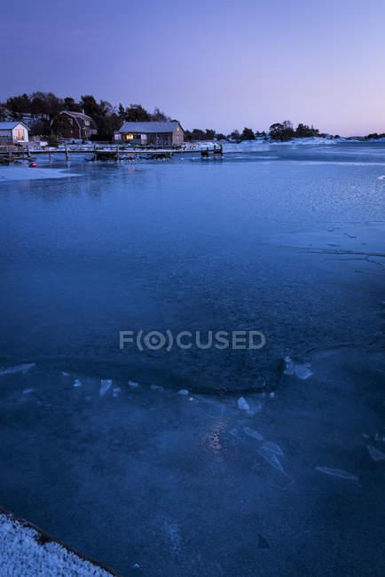 Winter-Szene mit Häusern am Meer, Stockholmer Schären — Stockfoto