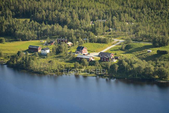 Vista elevata delle case lungo il fiume, Europa settentrionale — Foto stock
