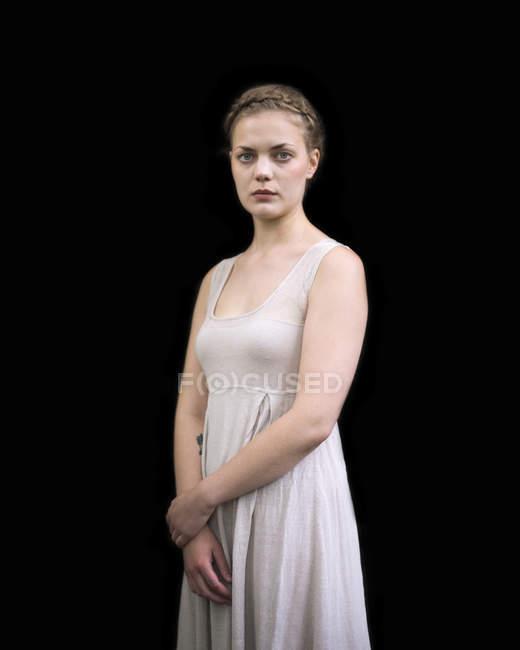 Studioaufnahme jungen Frau Blick in die Kamera — Stockfoto