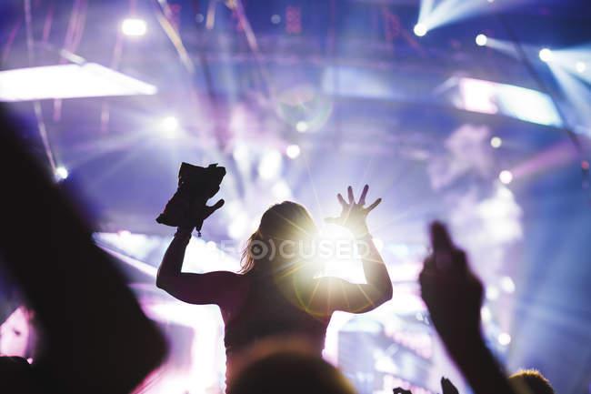 Jubelnde junge Frau am Summer Sound Festival — Stockfoto
