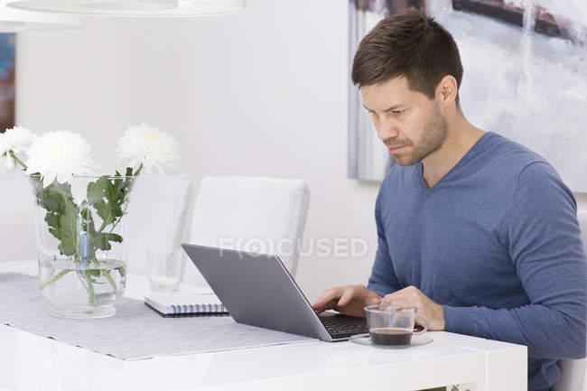 Mi homme adulte à l'aide d'ordinateur portable — Photo de stock