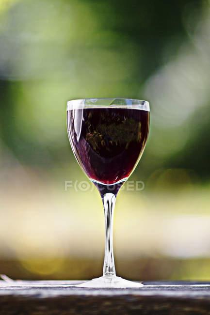 Primo piano di bevanda di ribes nero in bicchiere di vino — Foto stock
