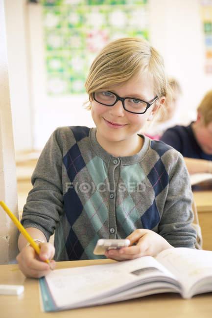 Портрет школярка написання, зосередити увагу на передньому плані — стокове фото