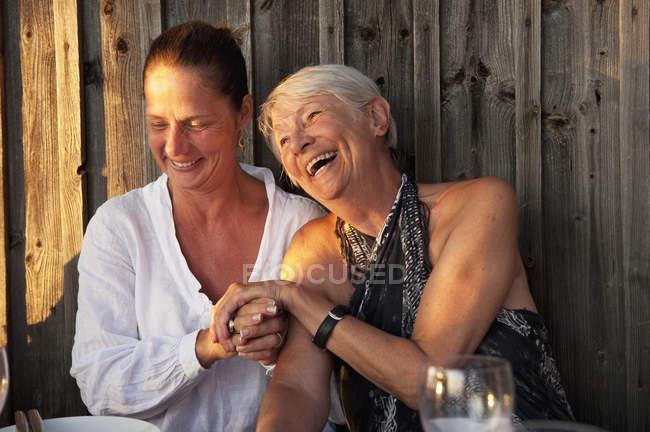 Мати і дочка, сміючись, вибіркове фокус — стокове фото