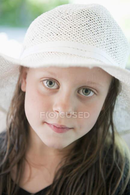 Ritratto di ragazza con cappello da sole, attenzione al primo piano — Foto stock