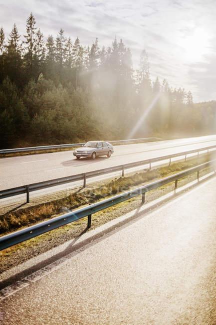 Vista laterale di una vettura su strada — Foto stock