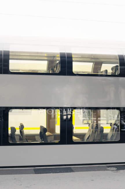 Вид пустых мест в поезде через окна — стоковое фото