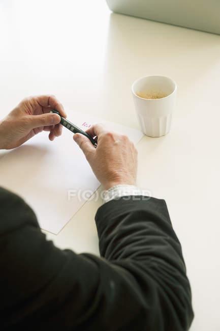 Vue des mains de l'homme d'affaires, mise au point sélective — Photo de stock