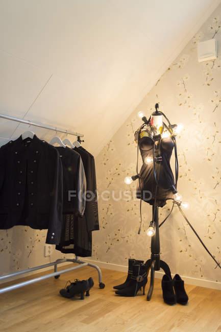 Vêtements suspendus sur la grille de mannequin et vêtements — Photo de stock
