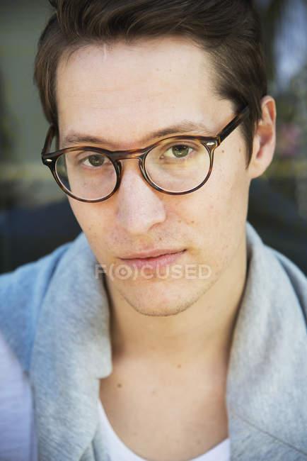 Портрет молодий чоловік у окулярів, зосередити увагу на передньому плані — стокове фото