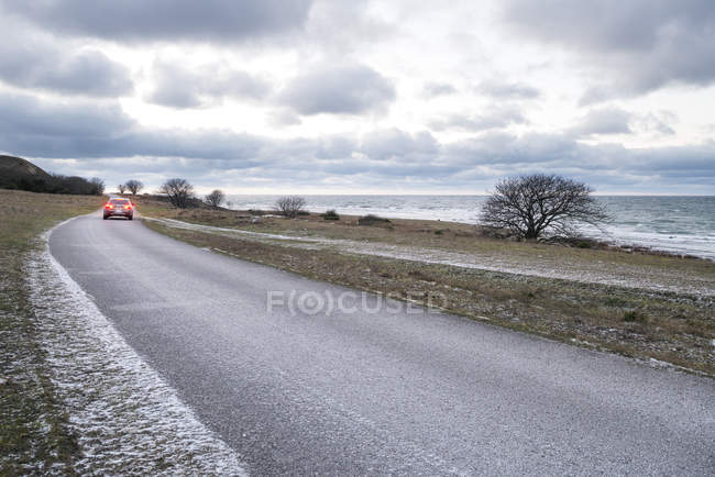 Автомобіль на дорозі по морю, Північна Європа — стокове фото
