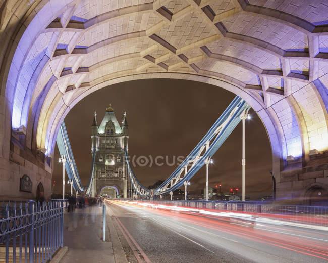 Рух світла стежка вздовж Тауерський міст в місті Лондон вночі — стокове фото