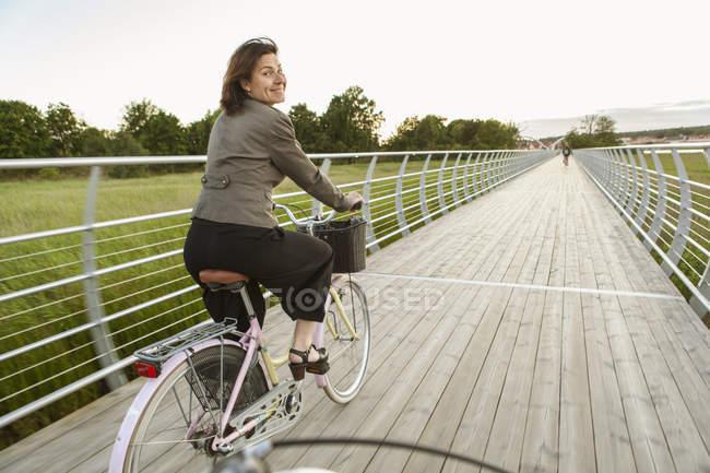 Reife Frau auf dem Fahrrad, differenzierter Fokus — Stockfoto