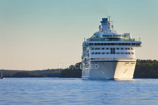 Cruise ship moving on sea in morning sunlight — Stock Photo
