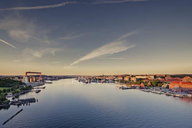 Erhöhte Sicht auf den Hafenbereich in der Abenddämmerung — Stockfoto