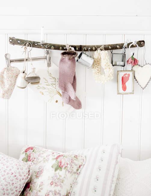 Bunte Kissen auf Sofa mit weißer Wand und Dekorationen im Hintergrund — Stockfoto