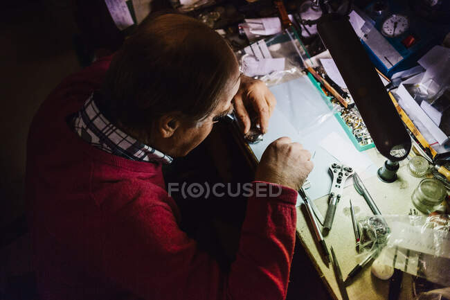 Man repairing watch in workshop — Stock Photo