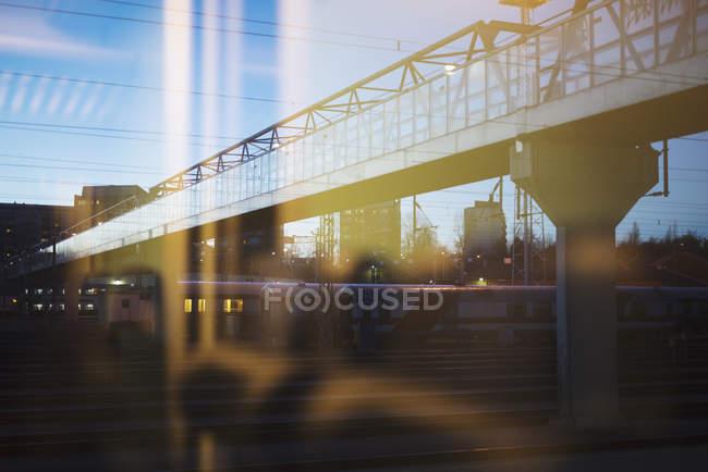 Passerelle au-dessus de route voir au travers de la fenêtre — Photo de stock