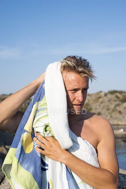 Hombre cabello secado con toalla, enfoque selectivo - foto de stock