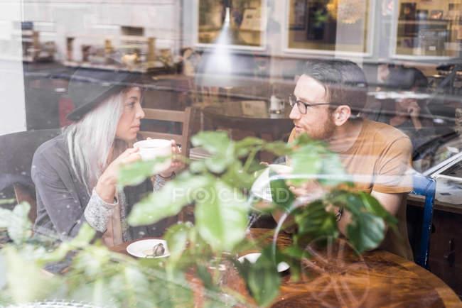 Мужчина и женщина, пить кофе в кафе — стоковое фото