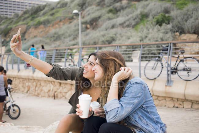 Zwei lächelnde Frauen, die die Selfie, Fokus auf Vordergrund — Stockfoto