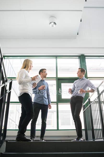 Geschäftsleute sprechen auf Treppe, selektiver Fokus — Stockfoto