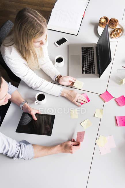 Geschäftsleute lesen Notizen, selektiver Fokus — Stockfoto