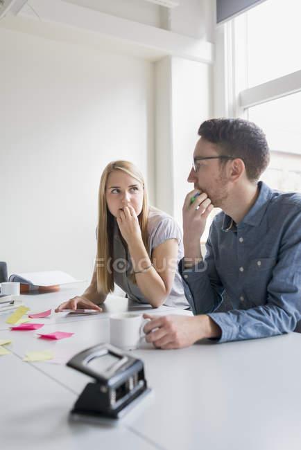 Kollegen von Angesicht zu Angesicht im Sitzungssaal, Fokus auf den Vordergrund — Stockfoto