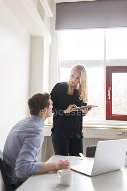 Коллеги говорят в офисе, селективный фокус — стоковое фото