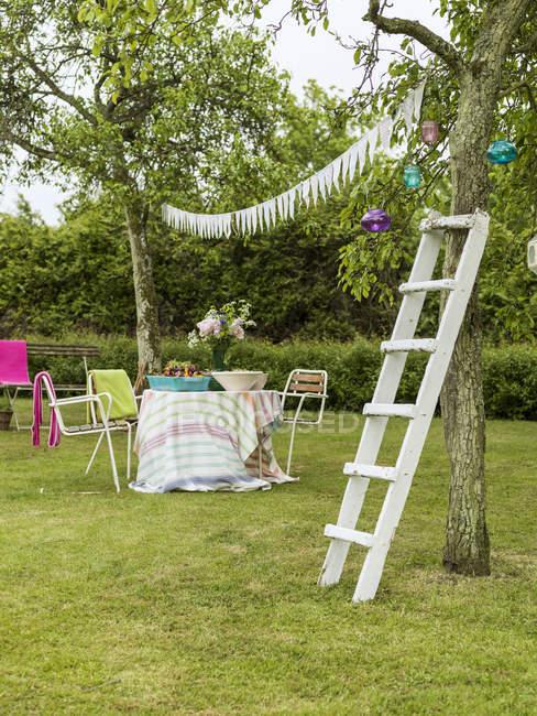 Quintal preparado para as celebrações de verão, norte da Europa — Fotografia de Stock