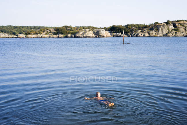 Young adult man swimming in sea — Stock Photo