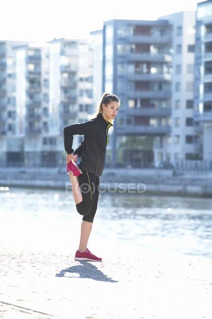 Обучение молодых женщин вдоль набережной — стоковое фото