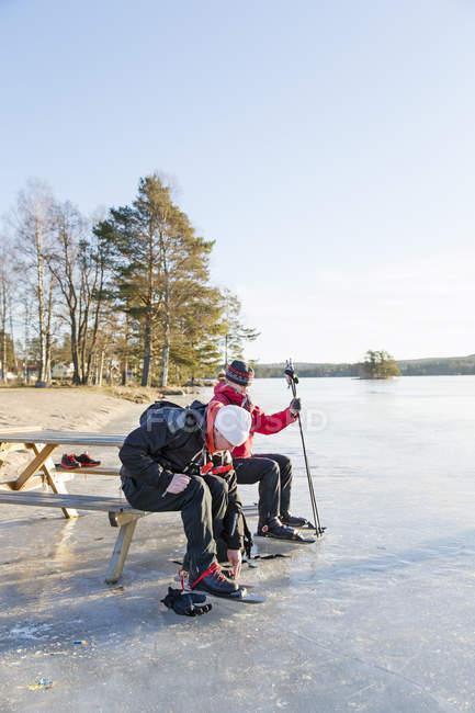 Reife Frau und Mann beim Eislaufen auf zugefrorenem See — Stockfoto