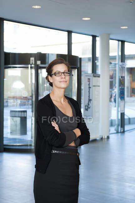 Geschäftsfrau mit braunen Haaren, mit Brille wegschauen — Stockfoto