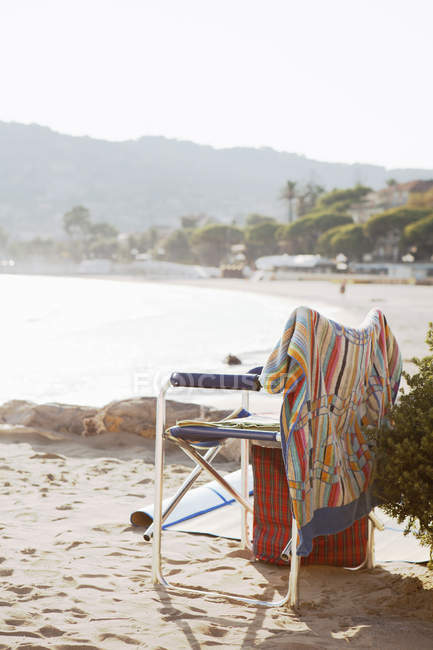 Empty chair on sandy beach in Liguria, Italy — Stock Photo