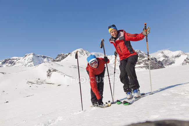 Портрет лыжниц в горах зимой — стоковое фото
