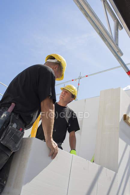 Два рабочих на стройке, селективный фокус — стоковое фото