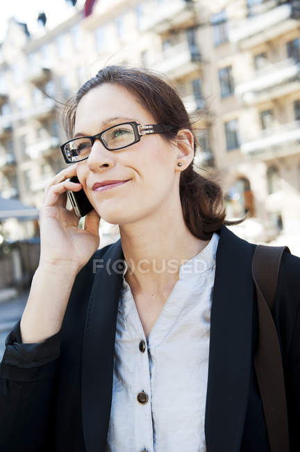 Businesswoman talking on phone and looking away — Stock Photo